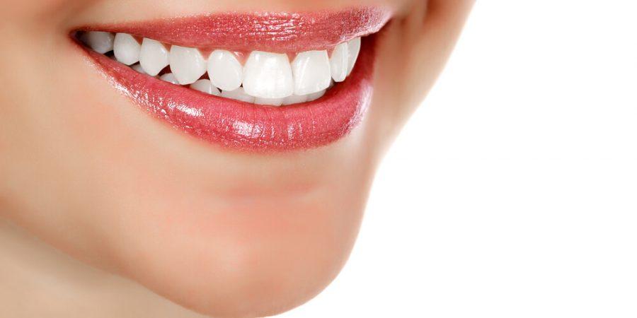 tjej som ler med tänderna